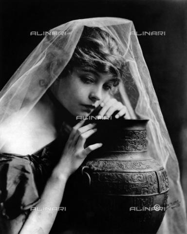 GRC-F-174407-0000 - Ritratto dell'attrice americana Lillian Gish (1893 - 1993), protagonista del film muto - Data dello scatto: 1915 - Granger, NYC /Archivi Alinari