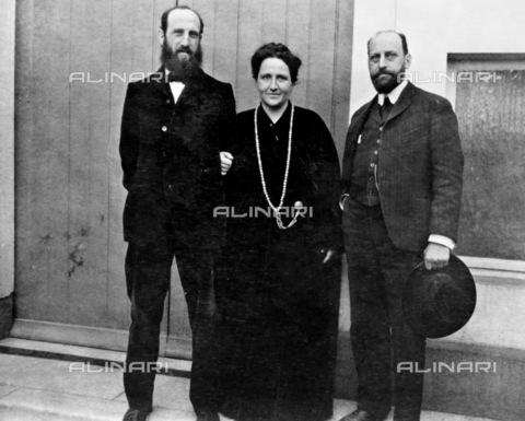 GRC-F-174740-0000 - La scrittrice americana Gertrude Stein (1874-1946) con i suoi fratelli Leo (a sinistra) e Michael. Fotografia scattata nel cortile di Rue de Fleurus 27 a Parigi - Data dello scatto: 1906 ca. - Sarin Images / Granger, NYC /Archivi Alinari