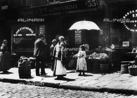 GRC-F-176385-0000 - Immigrati italiani: vendita di ortaggi in Mulberry Street nel quartiere di Little Italy a New York City. Il fotografo Jacob Riis compare nella foto - Data dello scatto: 1895 - Granger, NYC /Archivi Alinari
