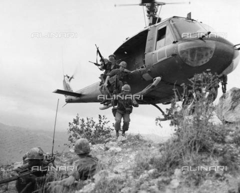 GRC-F-176792-0000 - Membri del plotone di ricognizione statunitense della prima divisione di cavalleria saltano da un elicottero UH-1D su una cresta vicino a Duc Pho, nella provincia di Quang Ngai, nel Vietnam del Sud, durante l'operazione Oregon, 24 aprile 1967 - Data dello scatto: 24/04/1967 - Granger, NYC /Archivi Alinari