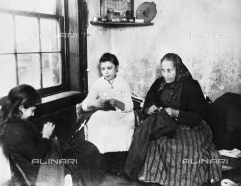 GRC-F-180489-0000 - Donne immigrate italiane che cuciono in un bassifondo di Manhattan - Data dello scatto: 1900 ca. - Granger, NYC /Archivi Alinari