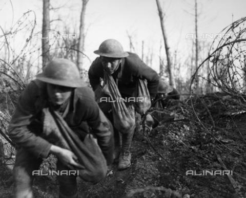 GRC-F-183741-0000 - Soldati americani avanzano attraverso il filo spinato in una foresta europea durante la prima guerra mondiale - Data dello scatto: 1918 ca. - Granger, NYC /Archivi Alinari