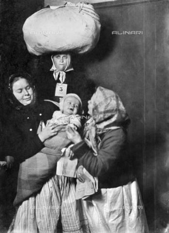 GRC-F-185800-0000 - Immigrati italiani: gruppo di donne italiane con un bambino a Ellis Island, fotografia di Lewis Wickes Hine - Data dello scatto: 1905 - Granger, NYC /Archivi Alinari
