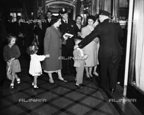 GRC-F-185805-0000 - Immigrazione: italiani in attesa all'ufficio immigrazione di New York. Fotografia di Hans Reinhart del 1950 - Data dello scatto: 1950 - Granger, NYC /Archivi Alinari