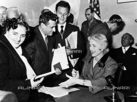 GRC-F-185816-0000 - Immigrazione: Gli italiani ricevono visti americani presso il Consolato degli Stati Uniti a Napoli nel 1953 - Data dello scatto: 1953 - Granger, NYC /Archivi Alinari