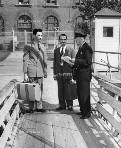 GRC-F-185919-0000 - Immigration: Italians arrive at Ellis Island - Data dello scatto: 1940 - Granger, NYC/Alinari Archives