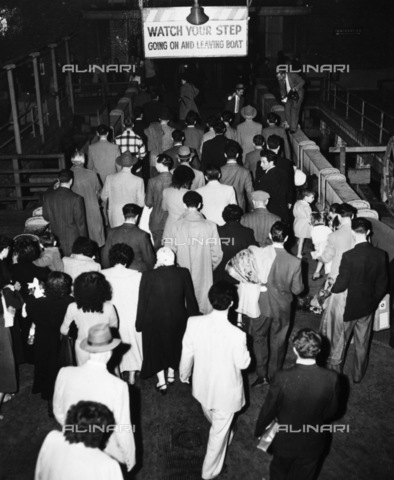 GRC-F-185920-0000 - Immigration: Immigrants (including many former members of Nazi-fascist and fascist organizations) arrive at Ellis Island to be examined by US immigration officials - Data dello scatto: 1950 - Granger, NYC/Alinari Archives