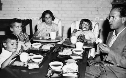 GRC-F-185930-0000 - Immigration: An Italian family has lunch while being held on Ellis Island - Data dello scatto: 1950 - Granger, NYC/Alinari Archives