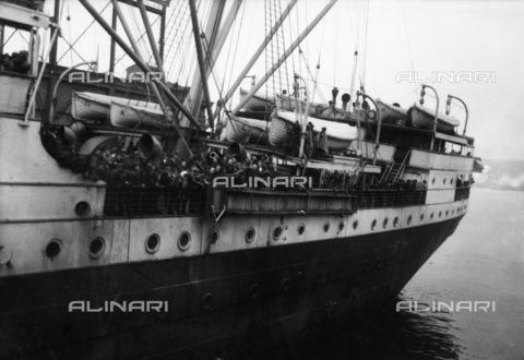 GRC-F-185933-0000 - Immigrati italiani a bordo della nave S.S. Regina d'Italia arrivano nel porto di Ellis Island, New York - Data dello scatto: 1921 - Granger, NYC /Archivi Alinari