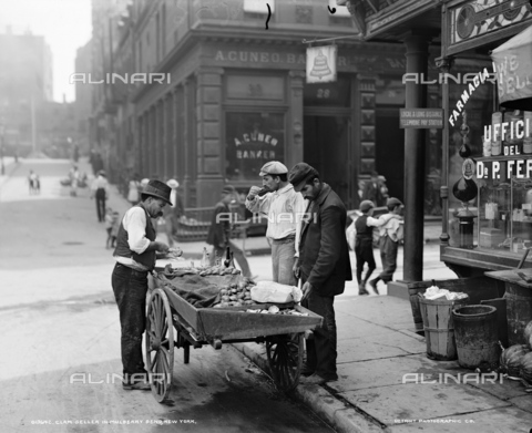 GRC-F-323830-0000 - Immigrati italiani: venditore di vongole a Mulberry Bend nel quartiere di Little Italy a New York City - Data dello scatto: 1900 - Granger, NYC /Archivi Alinari