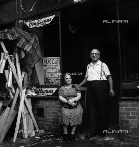 GRC-F-323837-0000 - Immigration: An Italian shoemaker and his wife in Mott Street in Little Italy, New York City. Photograph by Marjory Collins, 1942. - Data dello scatto: 1942 - Granger, NYC/Alinari Archives