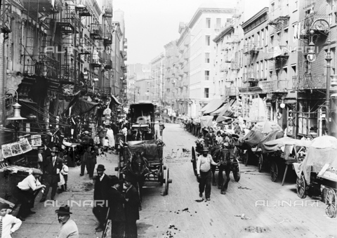 GRC-F-323858-0000 - Immigrati italiani: mercato in Mulberry Street nel quartiere di Little Italy a New York City - Data dello scatto: 1905 - Granger, NYC /Archivi Alinari