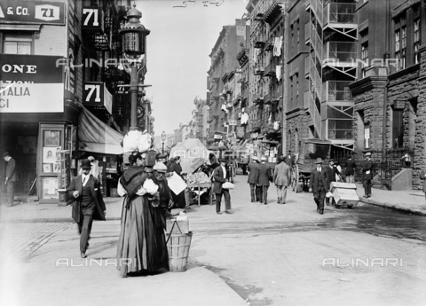 GRC-F-323859-0000 - Immigrati italiani: una strada di Little Italy a New York City - Data dello scatto: 1905 - Granger, NYC /Archivi Alinari