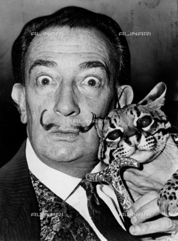 GRC-F-325317-0000 - Ritratto di Salvador Dalì (1904-1989) con il suo gattopardo Babou - Data dello scatto: 1965 - Granger, NYC /Archivi Alinari