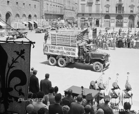 GRC-F-355149-0000 - Seconda Guerra Mondiale: camion trasporta opere d'arte fiorentine rubate dai nazisti durante la guerra a firenze - Data dello scatto: 21/07/1945 - Granger, NYC /Archivi Alinari
