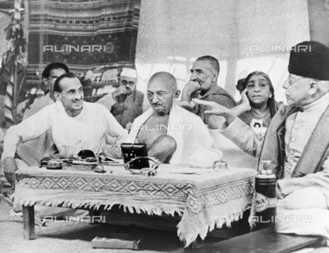 GRC-F-526903-0000 - Il Mahatma Gandhi (1869-1948) accanto a Abul Kalam Azad e J.B. Kripalani durante una conferenza con i leader del Congresso Nazionale Indiano - Data dello scatto: 1942 - Granger, NYC /Archivi Alinari