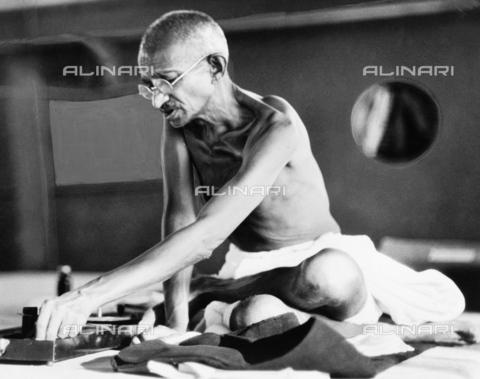 GRC-F-526905-0000 - Il Mahatma Gandhi (1869-1948) in una strada di Londra - Data dello scatto: 1931 - Granger, NYC /Archivi Alinari