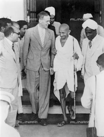 GRC-F-526907-0000 - Il Mahatma Gandhi (1869-1948) ritratto con Sir Stafford Cripps a New Delhi, India - Data dello scatto: 1942 - Granger, NYC /Archivi Alinari