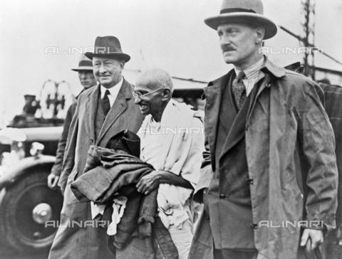 GRC-F-526980-0000 - Il Mahatma Gandhi (1869-1948) fotografato con la scorta di polizia al suo arrivo a Folkestone - Data dello scatto: 1931 - Granger, NYC /Archivi Alinari