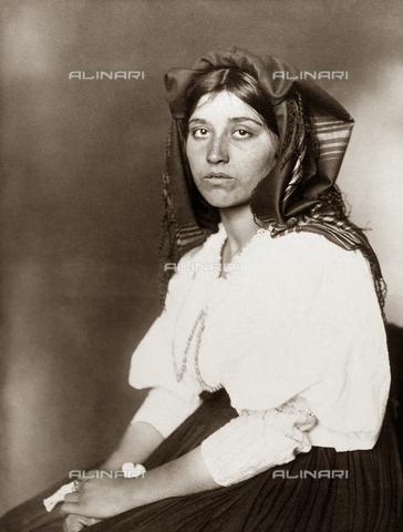 GRC-F-527678-0000 - Immigrati italiani: ritratto di giovane donna italiana a Ellis Island, fotografia di Augustus Sherman - Data dello scatto: 1906 - Granger, NYC /Archivi Alinari
