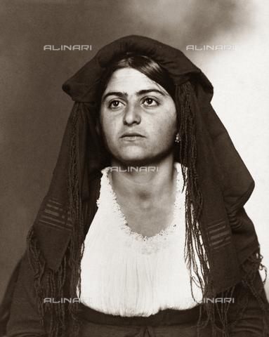 GRC-F-527684-0000 - Immigrati italiani: ritratto di giovane donna italiana a Ellis Island, fotografia di Augustus Sherman - Data dello scatto: 1910 - Granger, NYC /Archivi Alinari