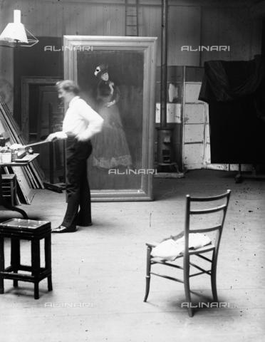 GRC-F-622011-0000 - Il pittore americano James McNeill Whistler (1834-1903) nel suo studio londinese fotografato da George Percy Jacomb Hood - Data dello scatto: 1890 ca. - Granger, NYC /Archivi Alinari