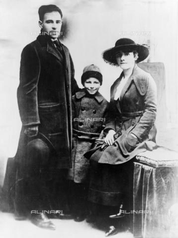 GRC-F-623486-0000 - Immigration: the Italian-American anarchist Nicola Sacco with his family - Data dello scatto: 1910-1920 - Granger, NYC/Alinari Archives