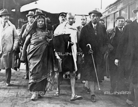 GRC-F-623810-0000 - Il Mahatma Gandhi (1869-1948) con il poeta Sarojini Naidu mentre si incamminano per partecipare alla Second Round Table Conference a Londra - Data dello scatto: 1931 - Granger, NYC /Archivi Alinari