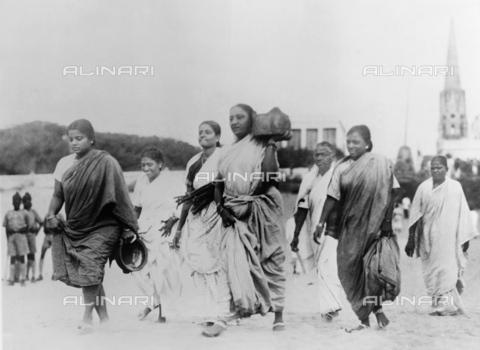 GRC-F-633931-0000 - Un gruppo di donne porta delle pentole sulla costa vicino a Madras, in India, per recuperare il sale marino dall'acqua, in violazione delle politiche britanniche sulla tassazione del sale, probabilmente durante le proteste del Marzo di Sale del Mahatma Gandhi - Data dello scatto: 1930 ca. - Granger, NYC /Archivi Alinari
