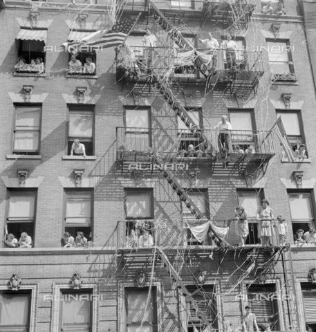 GRC-F-636848-0000 - Immigration: Italian-Americans in New York observe a ceremony to raise the flag in honor of US Army soldiers. Photograph by Marjory Collins - Data dello scatto: 1942 - Granger, NYC/Alinari Archives