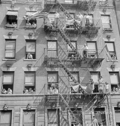 GRC-F-636848-0000 - Immigrazione: Gli italo-americani a New York City osservano una cerimonia di innalzamento della bandiera in onore dei soldati dell'esercito americano. Fotografia di Marjory Collins - Data dello scatto: 1942 - Granger, NYC /Archivi Alinari