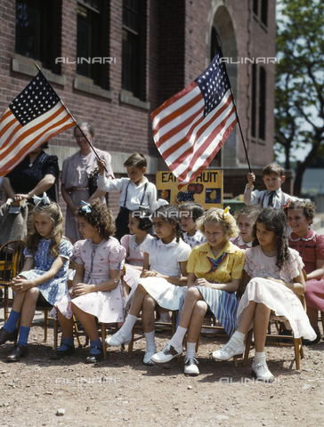 GRC-F-636905-0000 - Immigration: pupils of Polish and Italian descent in a patriotic festival in Southington, Connecticut. Photograph of Fenno Jacobs May 1942 - Data dello scatto: 05/1942 - Granger, NYC/Alinari Archives