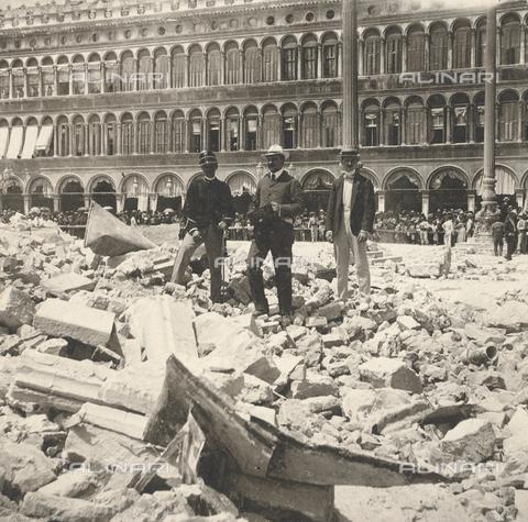 GRQ-F-003220-0000 - Le macerie del Campanile della Basilica di San Marco, crollato il 14 luglio 1902 in Piazza San Marco a Venezia