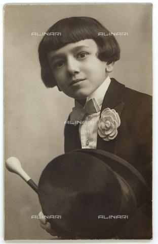 GRQ-F-005771-0000 - Child in evening dress - Data dello scatto: 1900-1920 - Archivi Alinari, Firenze