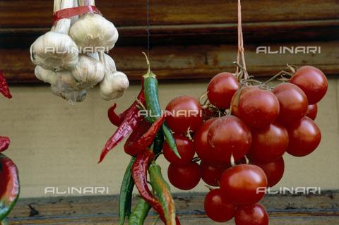 GSD-F-002030-0000 - Agli, peperoncini e pomodori appesi, ripresi nelle Isole Eolie - Data dello scatto: 1990 ca. - Archivi Alinari, Firenze