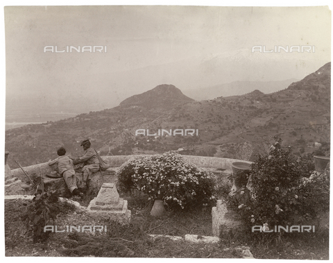 GWA-F-000295-0000 - Uomini affacciati ad una terrazza panoramica con l'Etna sullo sfondo - Data dello scatto: 1900 ca. - Archivi Alinari, Firenze