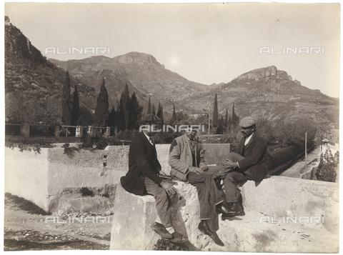 GWA-F-000340-0000 - Group of men on a terrace - Data dello scatto: 1910 ca. - Archivi Alinari, Firenze