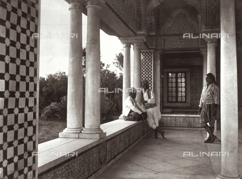 GWA-F-000425-0000 - Arab Porticato building in Moresco style, in Tunis. At the center of the image there are three men in ethnic clothes - Data dello scatto: 1890 ca. - Archivi Alinari, Firenze