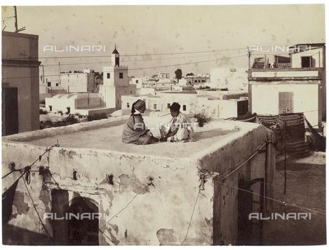 GWA-F-000455-0000 - Boys on the roof of a house, Tunis - Data dello scatto: 1910 ca. - Archivi Alinari, Firenze