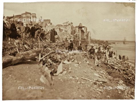 GWA-F-000469-0000 - Debris of the American Consulate of Messina after the earthquake, 1908 - Data dello scatto: 1908 - Archivi Alinari, Firenze