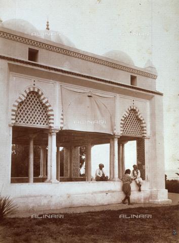 GWA-F-000494-0000 - The arabic portico of a Moresco style building, in Tunis. There are three men in ethnic clothes - Data dello scatto: 21/09/1910 - Archivi Alinari, Firenze