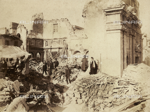 GWA-F-000554-0000 - Ruins of the Church of San Nicolò in Messina, destroyed by the sismic catastrophe of 1908. A group of people is posing among the ruins - Data dello scatto: 1908 - Archivi Alinari, Firenze