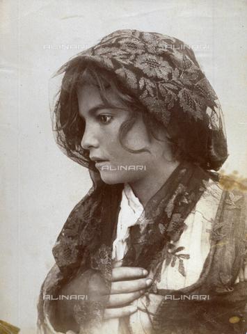 GWA-F-000600-0000 - Half-length portrait of a young and nice working class girl. She is in profile and a fazzoletto ricamato covers her chiome scompigliate - Data dello scatto: 1900 ca. - Archivi Alinari, Firenze