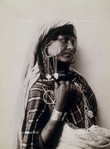 GWA-F-000735-0000 - Young Berber woman in ethnic dress - Data dello scatto: 1890 ca. - Archivi Alinari, Firenze