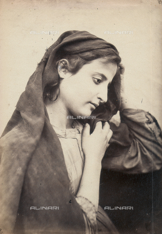 GWA-F-000739-0000 - Female portrait in Virgin Mary costume - Data dello scatto: 1895 - 1900 - Archivi Alinari, Firenze