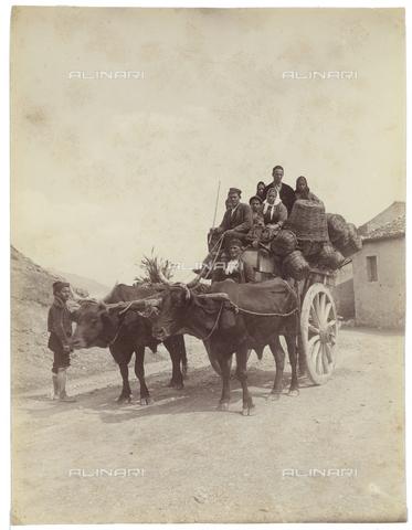 GWA-F-000757-0000 - Portrait of a family on a wagon - Data dello scatto: 1895 ca. - Archivi Alinari, Firenze