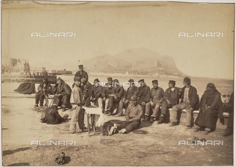GWA-F-000764-0000 - Group of men on the sea front in Palermo - Data dello scatto: 1895 ca. - Archivi Alinari, Firenze