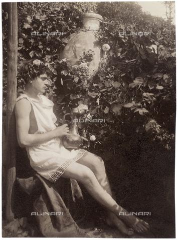 GWA-F-000769-0000 - Portrait of a boy with a pitcher - Data dello scatto: 1900 ca. - Archivi Alinari, Firenze