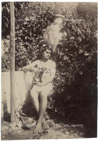 GWA-F-000772-0000 - Portrait of a boy with a pitcher - Data dello scatto: 1900 ca. - Archivi Alinari, Firenze
