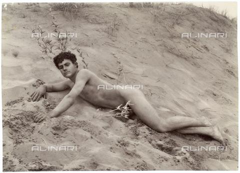 GWA-F-000935-0000 - Male nude on the beach - Data dello scatto: 1900 ca. - Archivi Alinari, Firenze